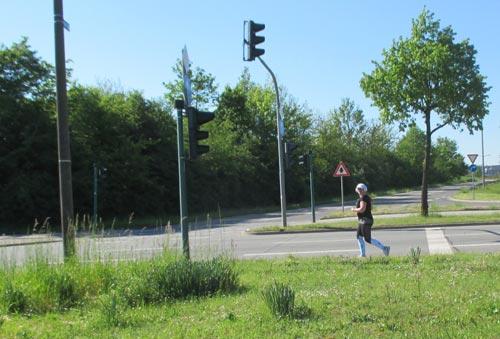 Einsame Läuferin am Ende des Feldes