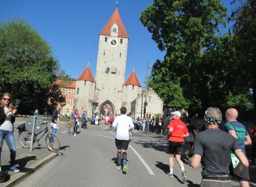 Läufer kurz vor dem Ostentor