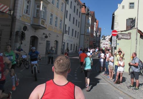 Halbmarathon-Läufer in der Altstadt von Regensburg