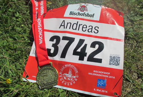 Startnummer und Medaille des Regensburg-Halbmarathons 2016
