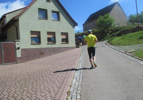 Erste kürzere Steigungen für die Läufer