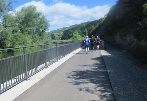 Halbmarathon-Läufer an der Unstrut