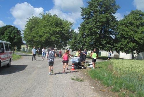 Läufer und Helfer am Verpflegungspunkt
