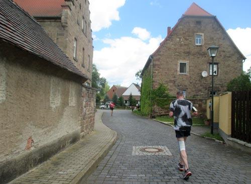 Läufer in kleiner Ortschaft