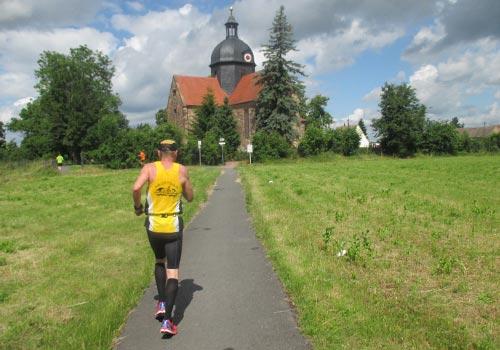 Läufer vor Kirche in Reinsdorf