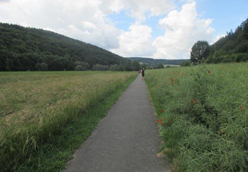 Endlose Wege zwischen Feldern auf den letzten Kilometern