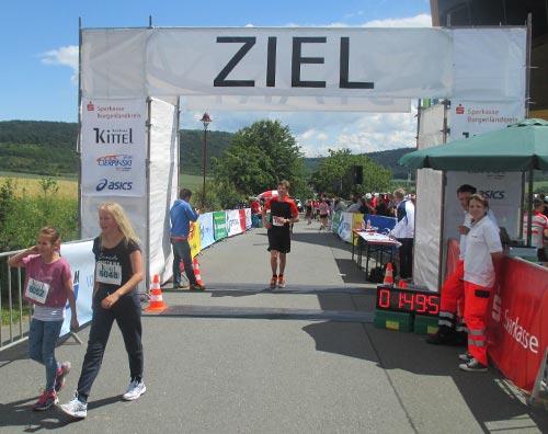 Zieleinlauf beim Himmelswegelauf-Halbmarathon 2016