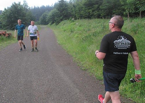 Die andere Gruppe kommt uns entgegen und sucht einen verloren gegangenen Läufer