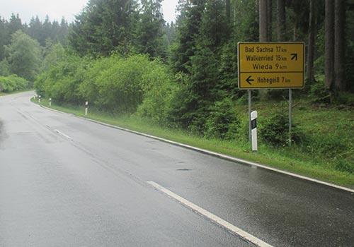 Schild am Straßenrand