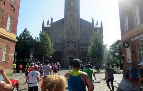 Läufer bei Kilometer 4: St. Peter und Paul Kirche