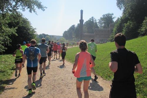 Läufer des Schlösserlauf-Halbmarathons vor dem Dampfmaschinenhaus im Park Babelsberg