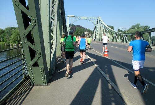 Halbmarathon-Läufer auf der Glienicker Brücke