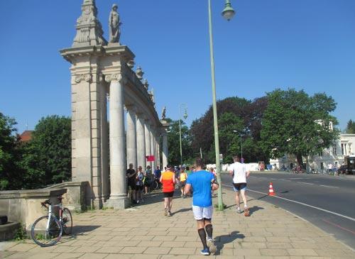 Läufer an den Kolonnaden der Glienicker Brücke