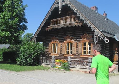 Vorbei an einem Blockhaus in der russischen Kolonie Alexandrowka