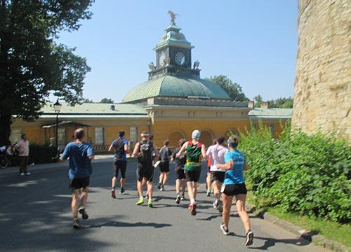 Läufer laufen vorbei an den Neuen Kammern des Schlosses Sanssouci