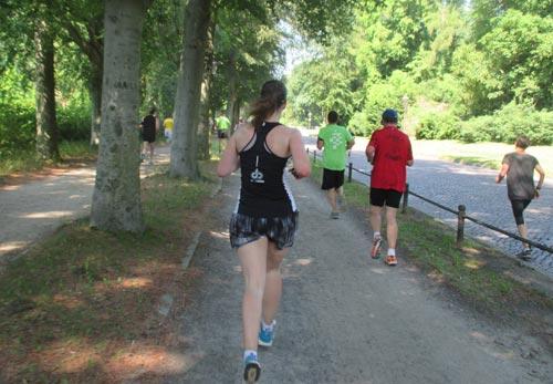Halbmarathon-Läufer auf der Maulbeerallee in Potsdam