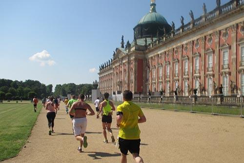 Lauf durch die Hitze am Neuen Palais im Park Sanssouci