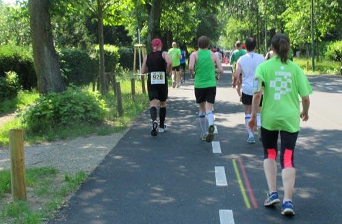 Auf den letzten Kilometern des Halbmarathons auf der Forststraße