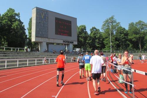 Läufer auf der Bahn des Stadions Luftschiffhafen