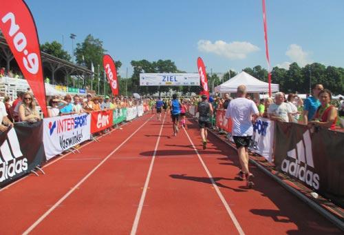 Zieleinlauf der Halbmarathon-Läufer im Stadion Luftschiffhafen