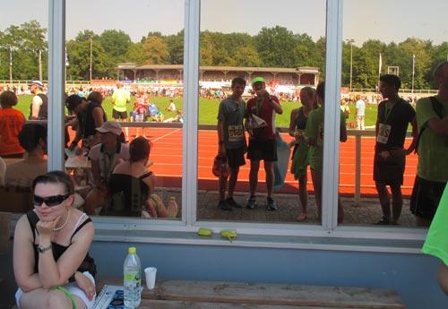 Läufer in spiegelnder Scheibe im Stadion Luftschiffhafen Potsdam