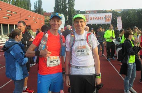 Startläufer startblog-f und Running Twins vor dem Start der 100 Meilen Berlin