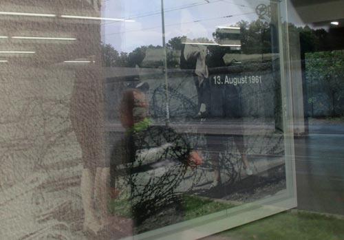 Läufer-Spiegelbild im Schaufenster des Dokumentationszentrums Bernauer Straße