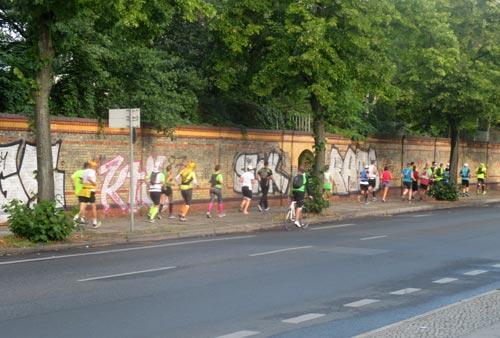 Läufer auf der anderen Straßenseite