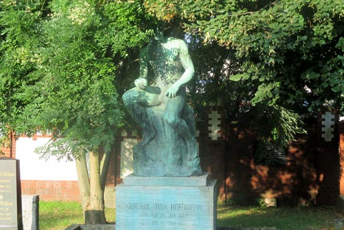 Statue auf dem Invalidenfriedhof