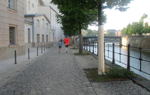 Läufer am Berlin-Spandauer-Schifffahrtskanal