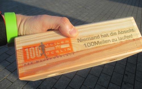 Symbolischer Mauerstein bei den 100 Meilen Berlin