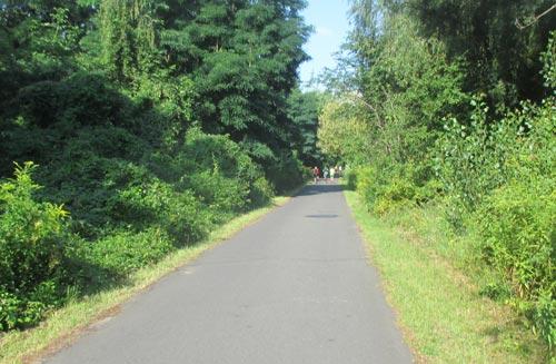 Langer Parkweg am Kanal entlang