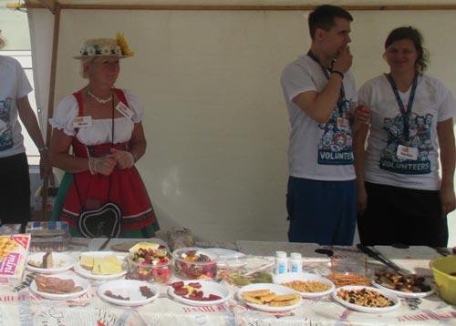 Helfer am Verpflegungsstand in Rudow