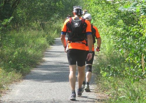Zwei 100-Meilen-Läufer im strammen Gehschritt