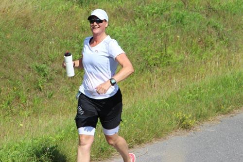 Fröhliche Läuferin auf dem Mauerweg