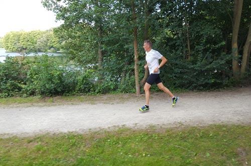 Schneller Staffelläufer am See