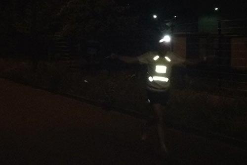 Gut gelaunter startblog-f-Schlussläufer auf dem Weg durch die Nacht