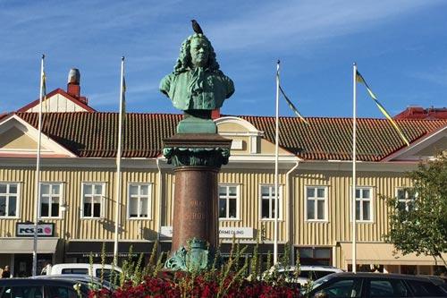 Mitte von Alingsås mit Büste von Jonas Alströmer