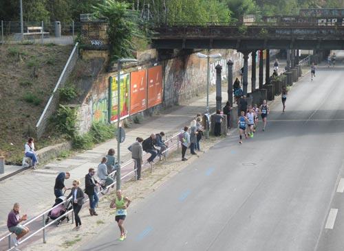 Blick von den Yorckbrücken auf erste Marathonläufer
