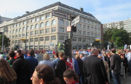 Marathon-Zuschauer an der Ecke Goebenstraße/Potsdamer Straße