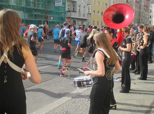 Musikerinnen spielen für die Marathon-Teilnehmer