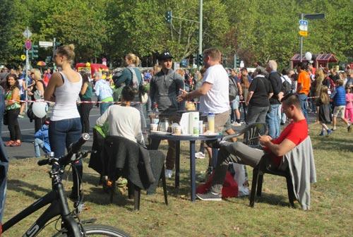 Zuschauer haben sich einen großen Picknicktisch aufgebaut