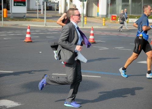 Ein Marathonläufer im Anzug