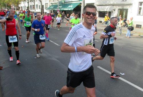 Läufer bei km 32 kurz vor dem Fehrbelliner Platz
