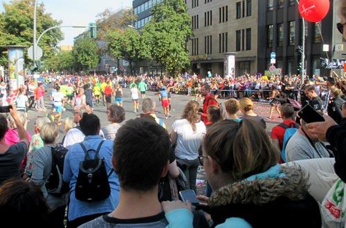 Konfetti für die Marathonläufer an der Potsdamer Straße