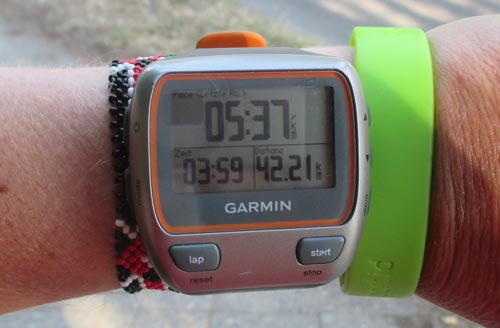 Laufuhr mit Zeit des Marathons neben dem Marathon