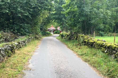 Weg mit rotem schwedischem Haus im Hintergrund