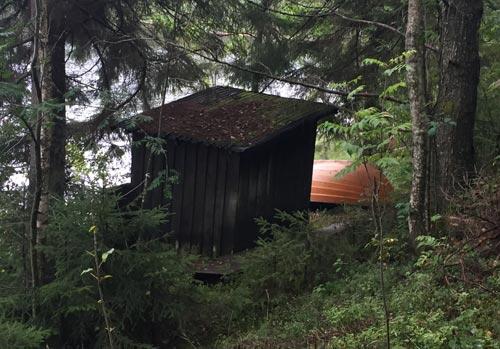 Hütte mit Boot am Seeufer