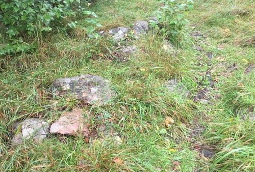 Rutschige Steine auf dem schmalen Weg