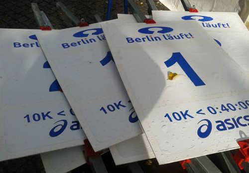 Abgebaute Schilder für die Startbereiche